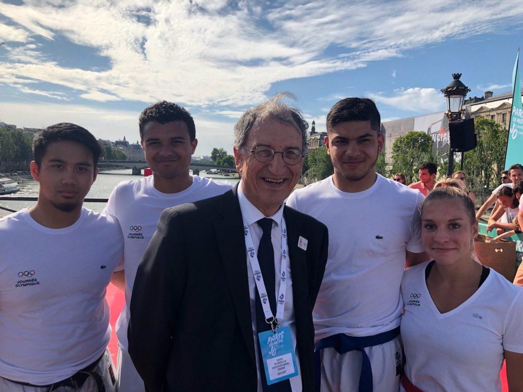 Denis Masseglia, Président du CNOSF, entouré par les athlètes de l'équipe de France de Karaté / Crédit : CNOSF